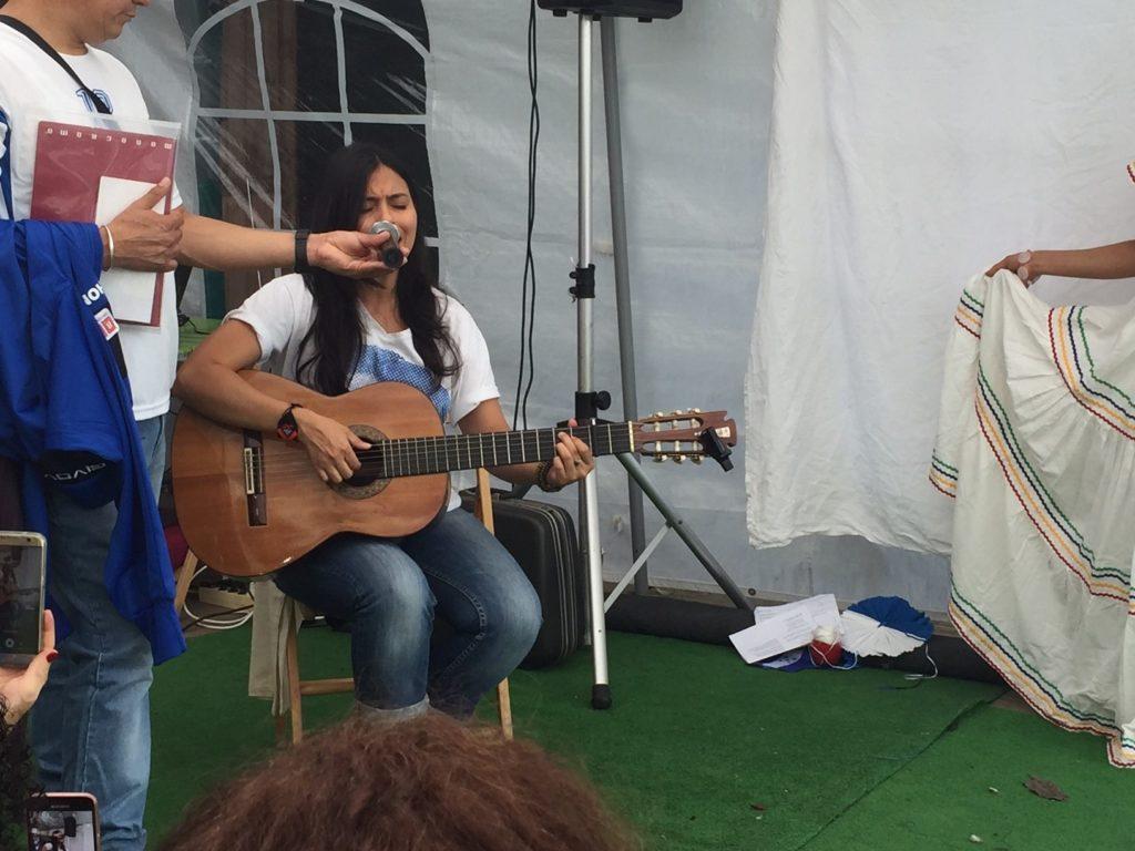 """Kathleen Flores Bulnes interpretando la canción """" En mi país"""" de Guillermo Anderson."""